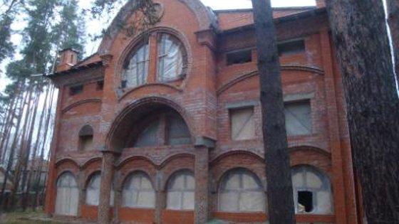Трехэтажный кирпичный жилой дом